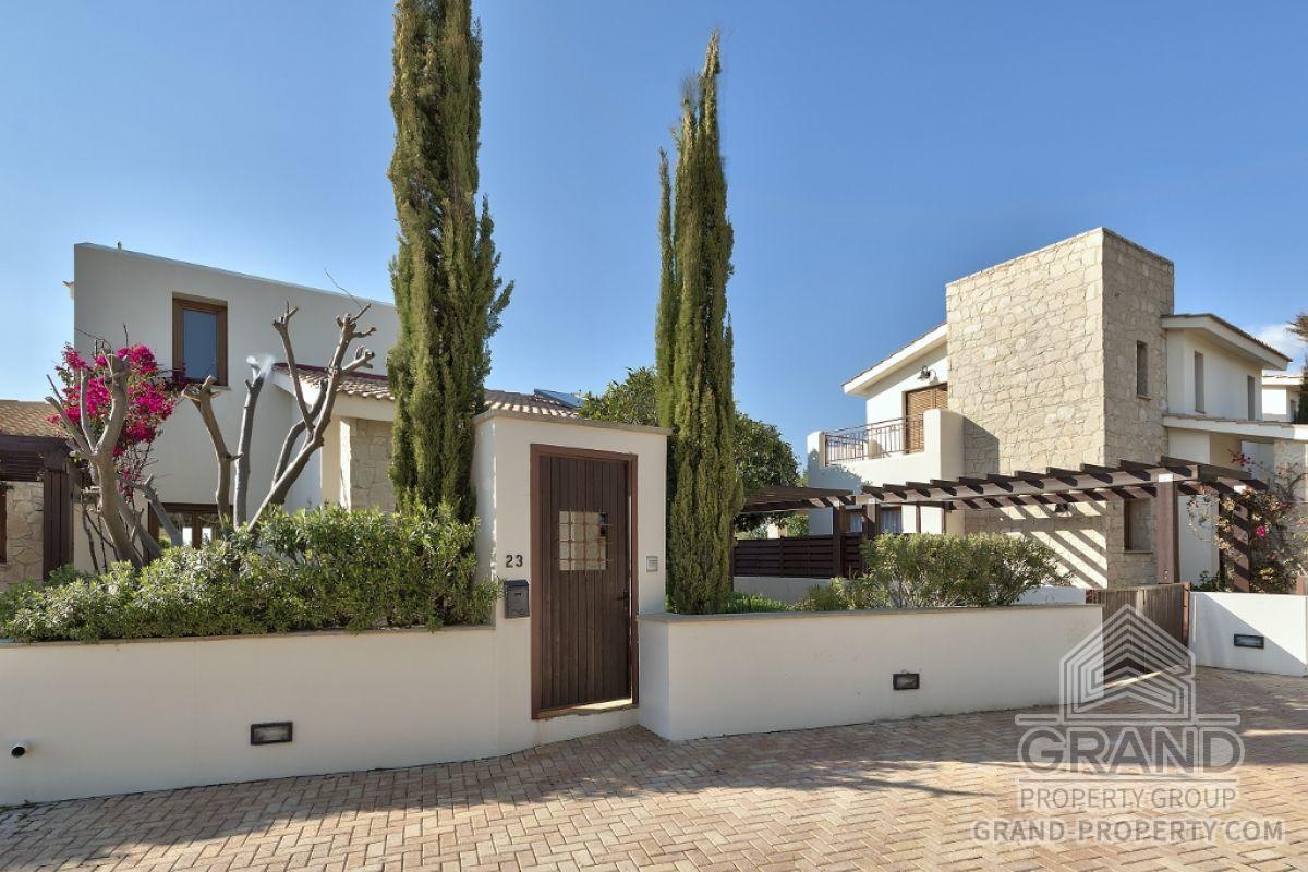 X2481  Villa 3 Bedrooms 3 Bathrooms 311.00 SqMt Paphos Aphro.....
